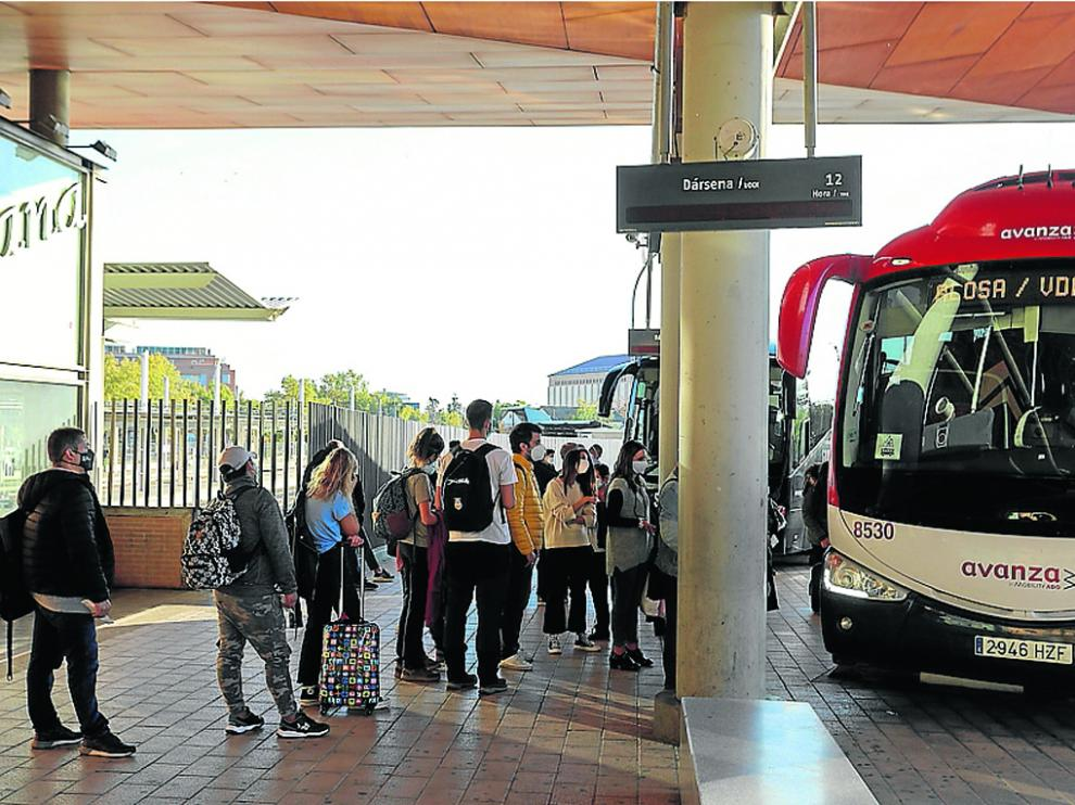 Pasajeros en la estación intermodal de Huesca se disponen a coger un autobús.