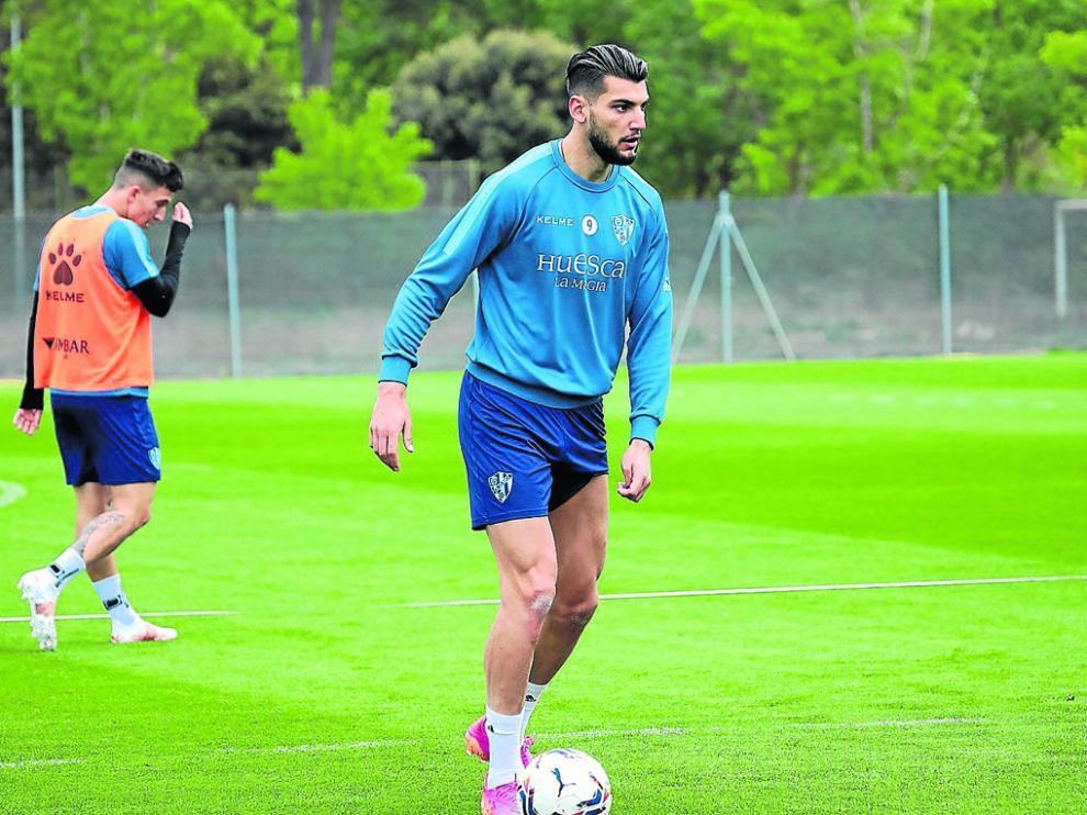 Rafa Mir, máximo goleador del Huesca con 16 goles, será el encargado de intentar batir a Oblak.