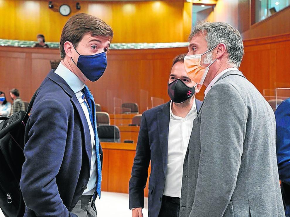 Ramón Celma (PP) y Ramiro Domínguez (Ciudadanos) en primer término, junto a Jesús Guerrero (PAR).