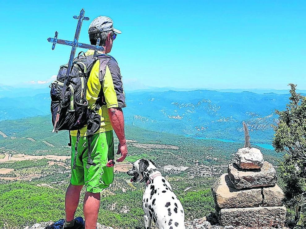 Ángel Chéliz, de Zona Zero, con la cruz en la mochila para colocarla en la Trinidad, desde donde hay una vista de 360º