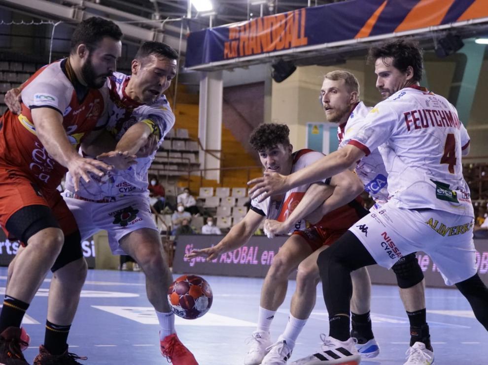 Sergio Pérez intenta enviarle el balón a Montoya en el Ademar-Bada.