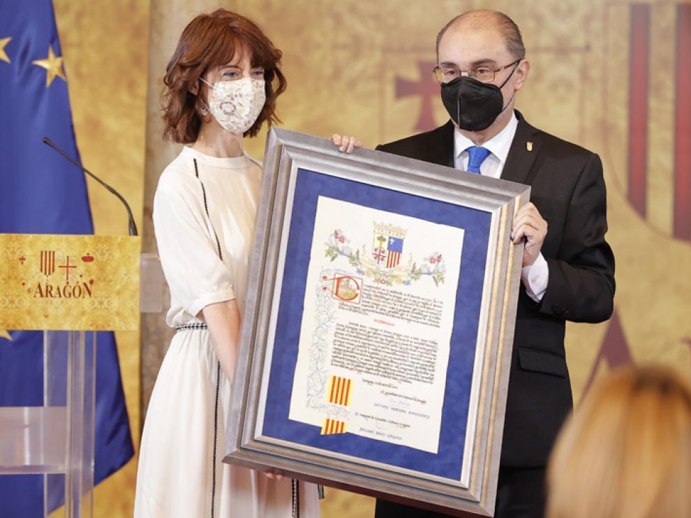 El presidente del Gobierno de Aragón, Javier Lambán entrega el Premio Aragón 2021 a la escritora Irene Vallejo.
