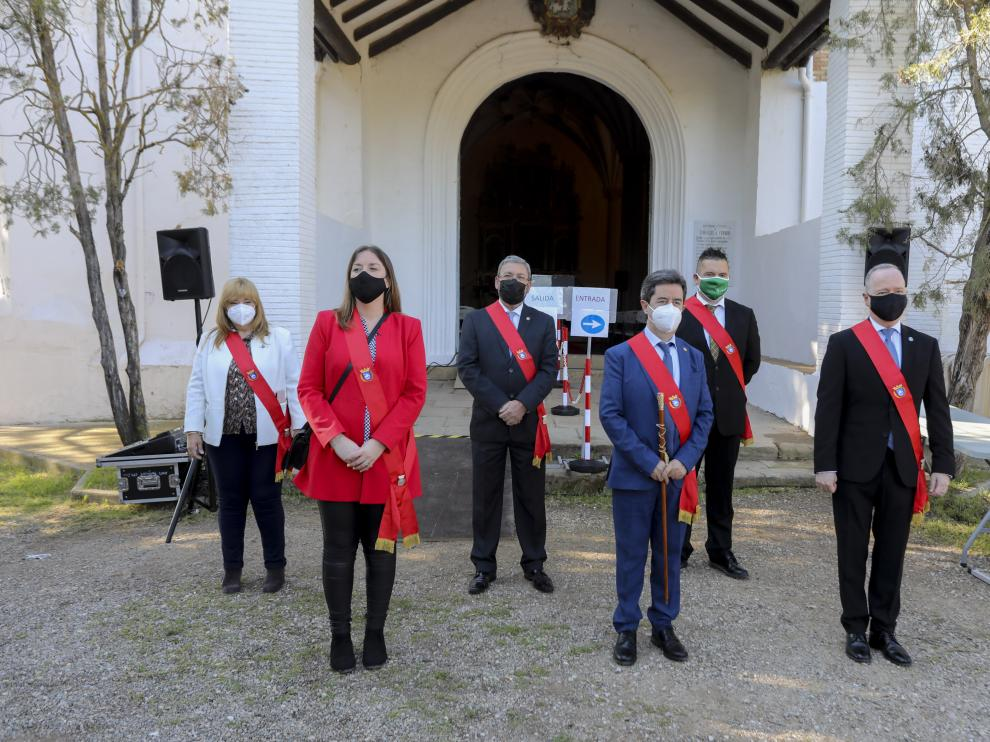 El alcalde de Huesca, Luis Felipe, acompañado por cinco concejales.