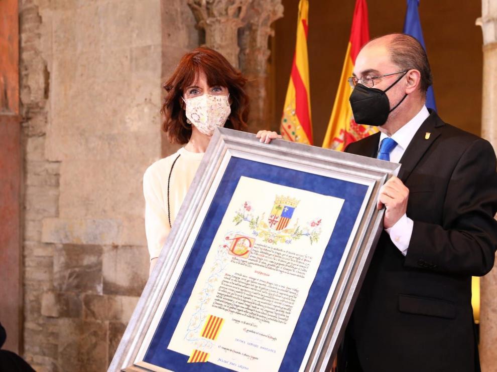Irene Vallejo recibe el Premio Aragón de manos de Javier Lambán
