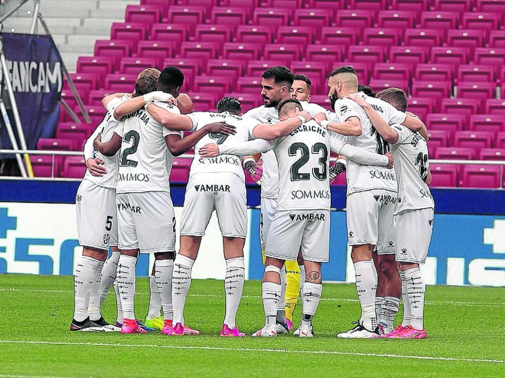Los jugadores del Huesca, unidos en un círculo antes del partido.