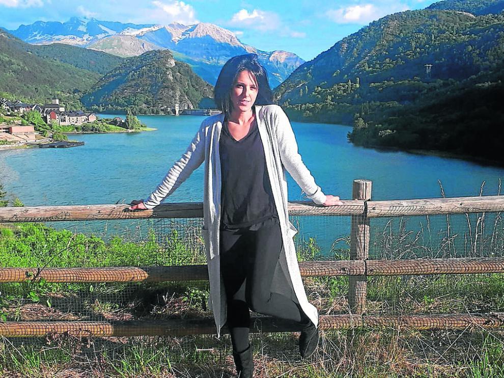 Tania Lamarca, exgimnasta de rítmica profesional, con Lanuza y el embalse de fondo.