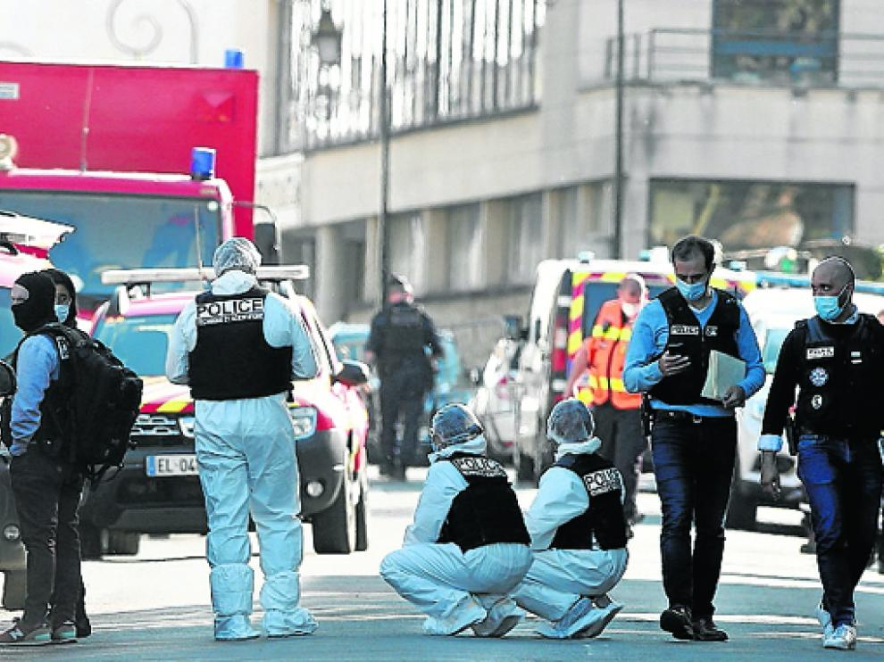 Agentes de la policía francesa durante la investigación, ayer en el lugar de los hechos.