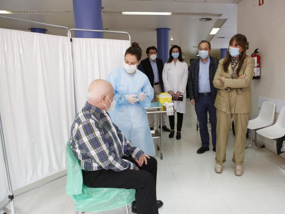 Un hombre recibe la vacuna monodosis de Janssen este sábado en Zaragoza.