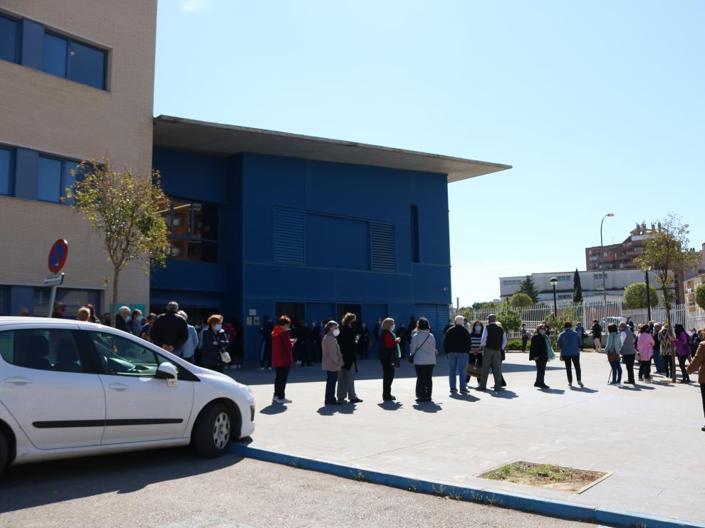 Filas recientes para pedir cita para la vacuna en Fraga, que este domingo ha reportado 4 casos.