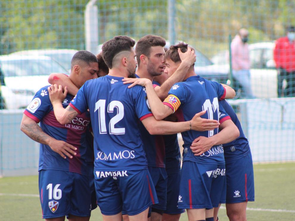 Jugadores del Huesca B celebran un gol