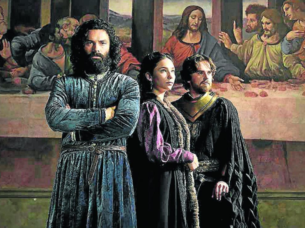 Aidan Turner, Matilda de Angelis y Freddie Highmore en Leonardo.