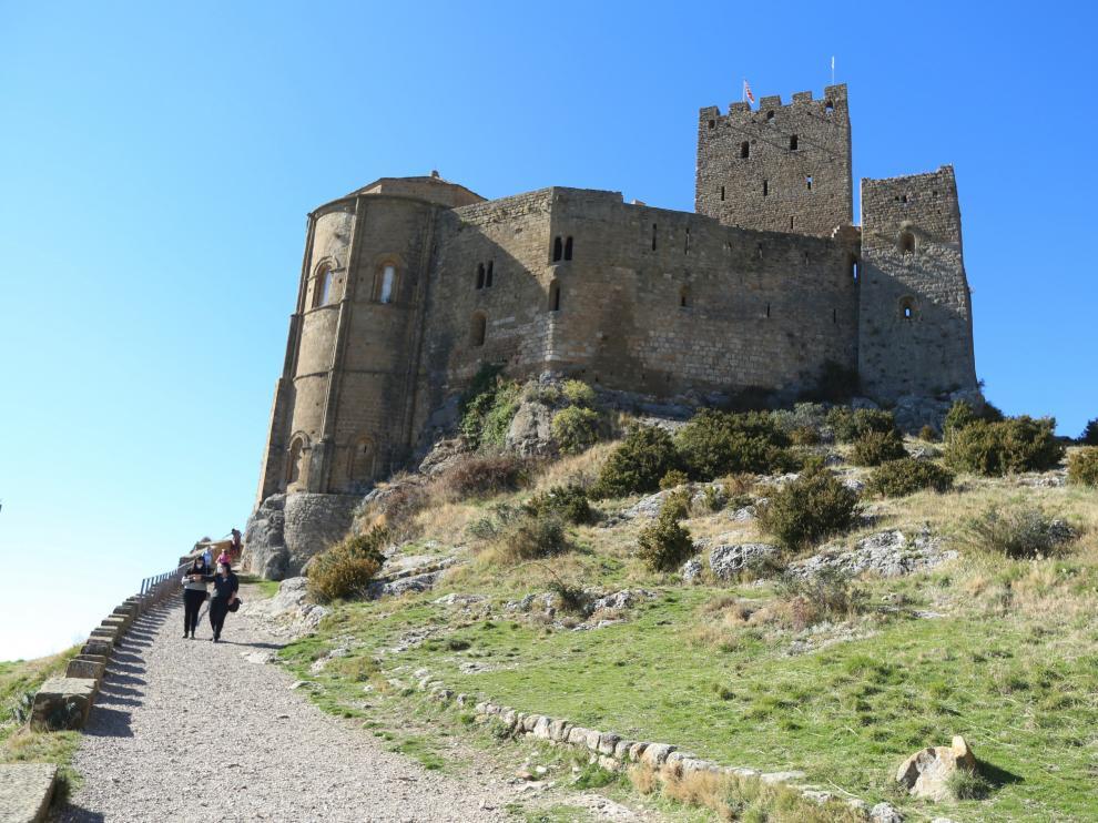 Turistas en el Castillo de Loarre.