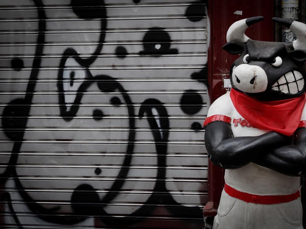 """Imagen de la figura de un toro vestido de """"pamplonica"""" este lunes en una calle de Pamplona tras el anuncio del alcalde de la ciudad, Enrique Maya."""