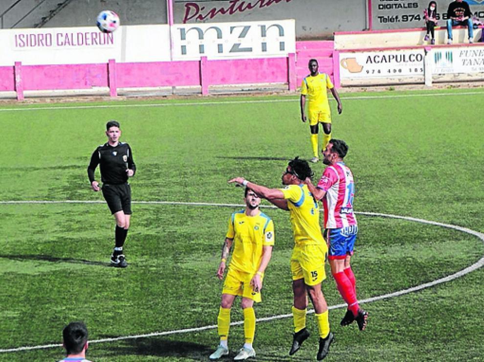 Los jugadores del Monzón y del Almudévar, en la disputa de un balón aéreo en el partido de este domingo.