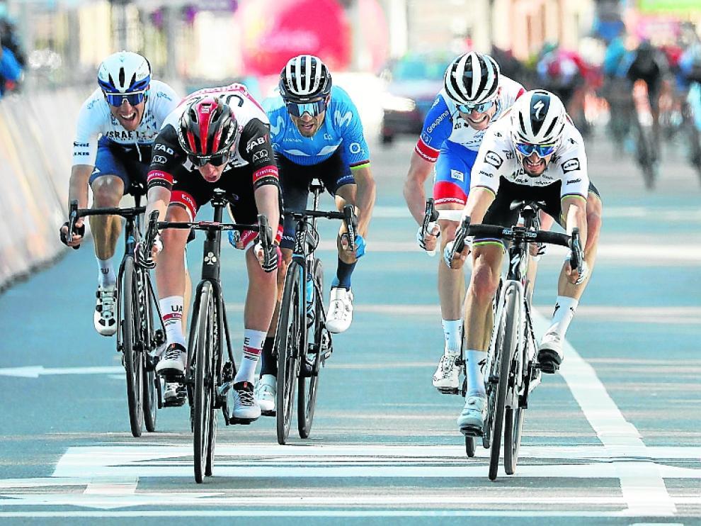 Pogacar se impone por milímetros a Alaphilippe en la meta, con Valverde tras ellos.