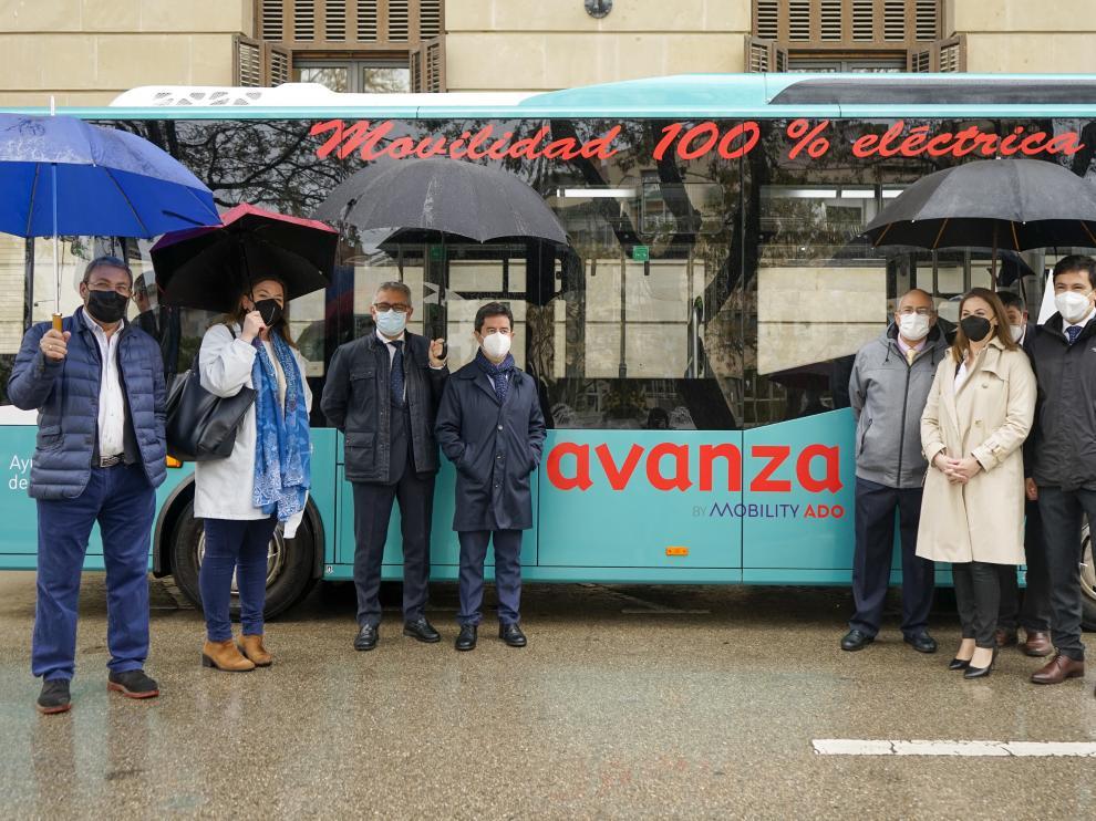 Representantes municipales y de Avanza, con el bus eléctrico que inicia sus pruebas en Huesca.