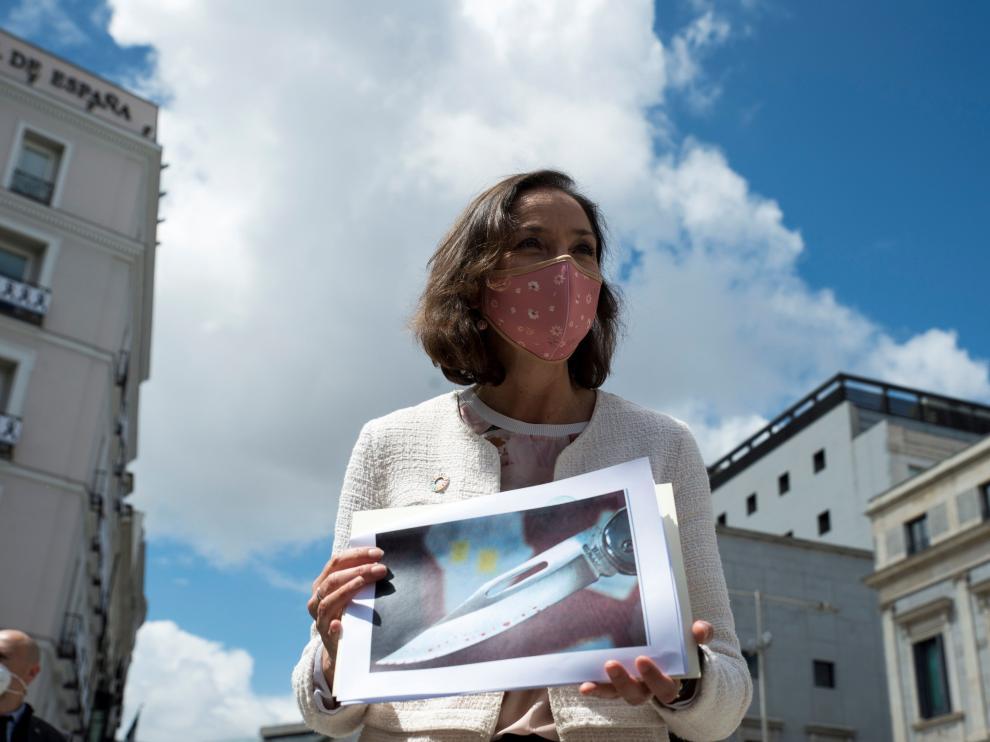 La ministra Reyes Maroto muestra una fotografía de la navaja que ha recibido.