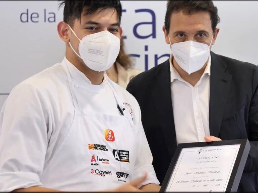 Ariel Munguía recibe su diploma de participación de manos de Francis Paniego, presidente del jurado.