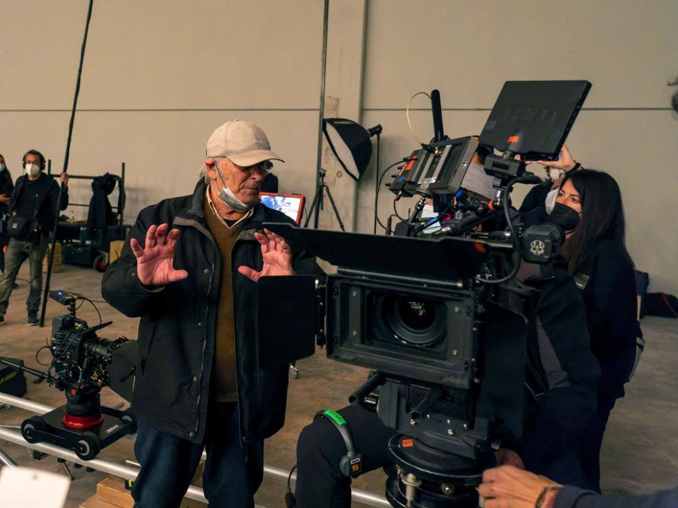 """El cineasta Carlos Saura en un momento del rodaje de su corto """"Los fusilamientos del 3 de mayo""""."""