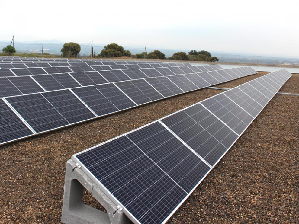 Placas fotovoltaicas instaladas en la planta potabilizadora de Binéfar.