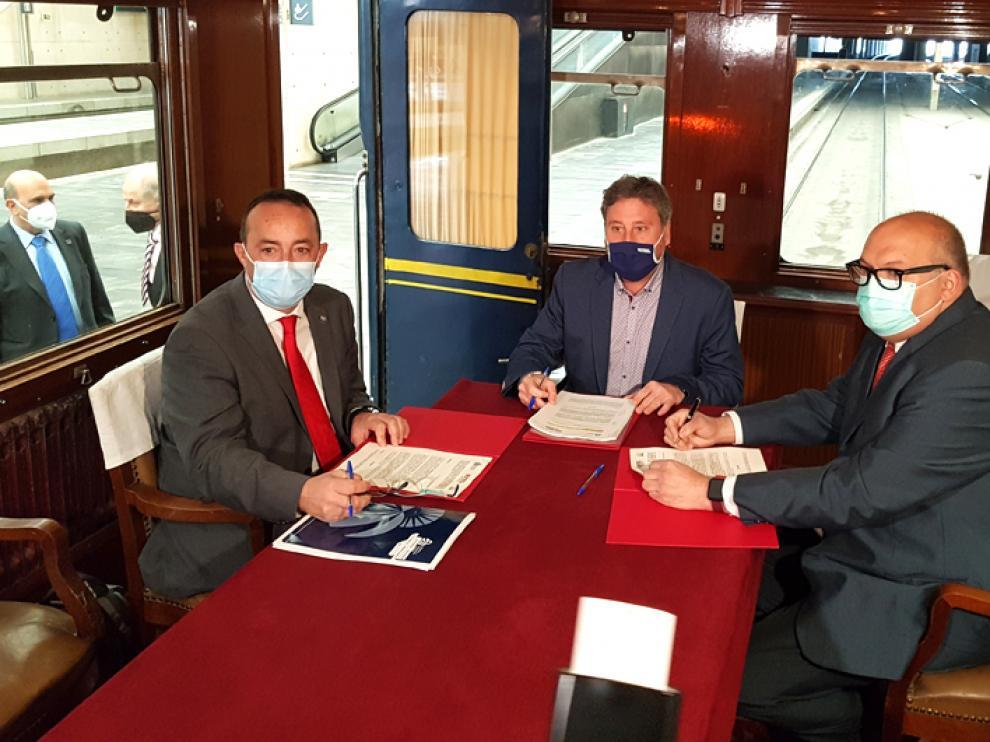 Un momento de la firma. Museo del Ferrocarril de Aragón