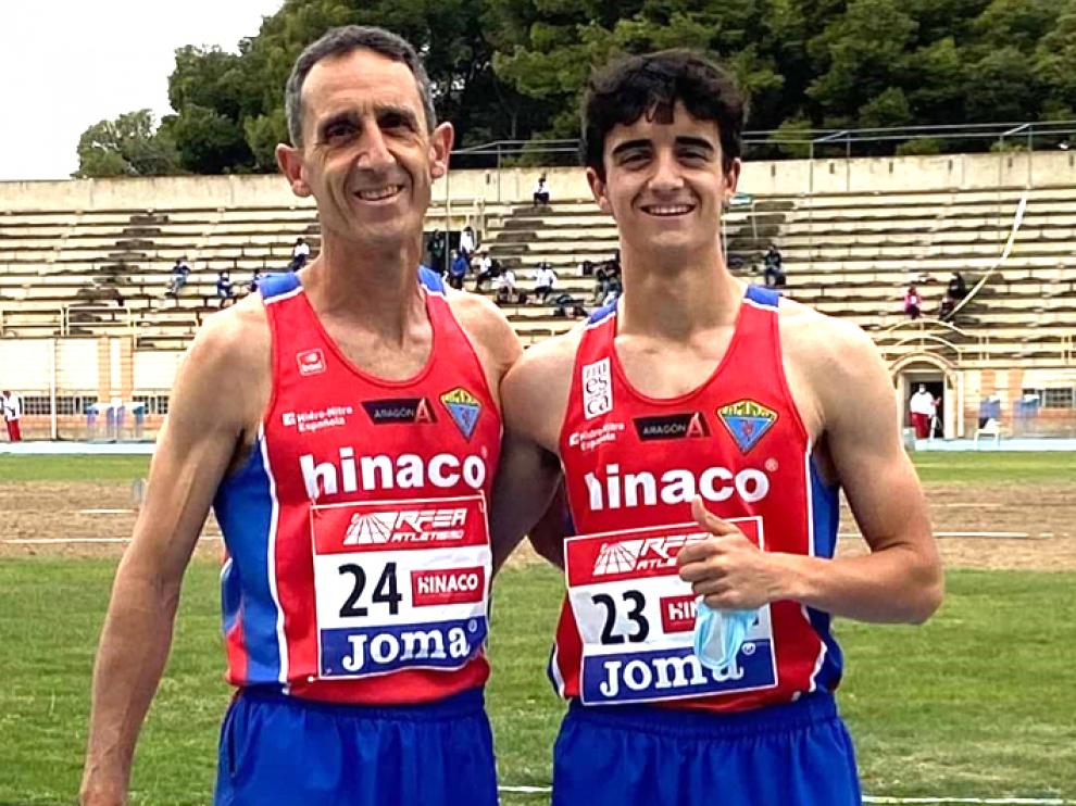 Carlos y Pol, felices tras terminar la carrera en la pista de Monzón.