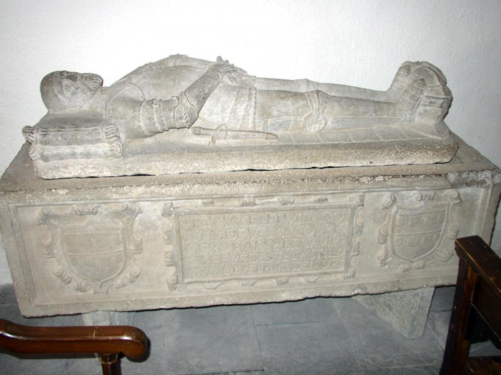 Estado actual del sarcófago de Juan de Velasco, cuya inscripción confirma que su muerte se produjo en 1597.