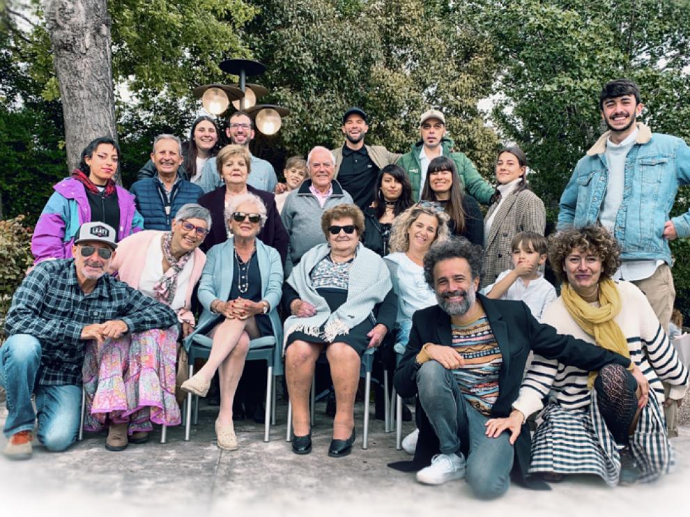 Ligia Ubieto, en el centro de la imagen, junto a sus familiares.