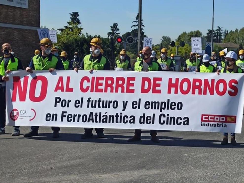 Trabajadores de Ferroatlántica se concentraron en la planta y cortaron veinte minutos uno de los acceso al polígono Paúles el pasado mes de marzo