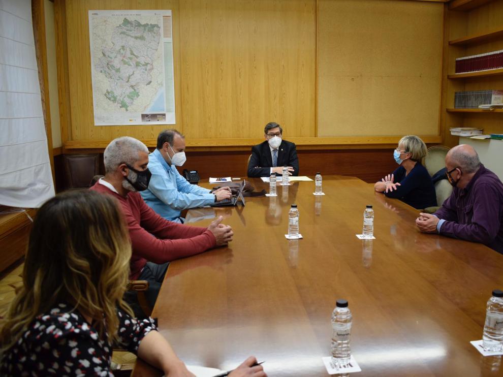 El vicepresidente y consejero de Industria, Competitividad y Desarrollo Empresarial del Gobierno de Aragón ha recibido al comité de empresa de Ferroatlántica del Cinca y los sindicatos.