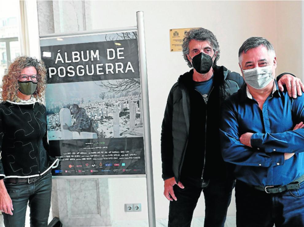 Gervasio Sánchez (derecha), posa con el director Ángel Leiro y la productora Stephanie Lukowicz.
