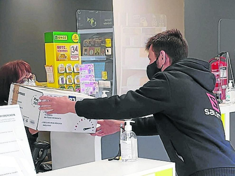 La oficina de Correos de Tamarite está atendida por dos personas.