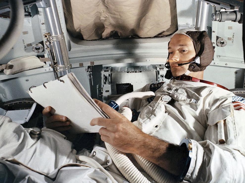 Michael Collins practica en el CM simulator at Kennedy Space Center. 19 de junio de 1969.