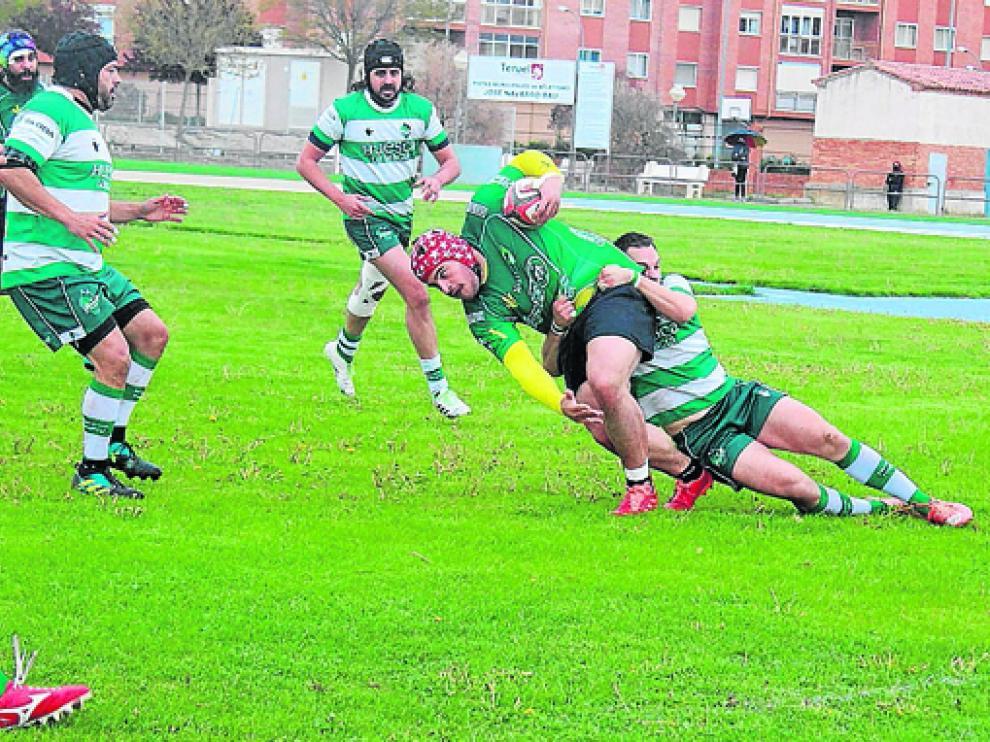Miguel, del Huesca Rugby, placa a un jugador turolense.