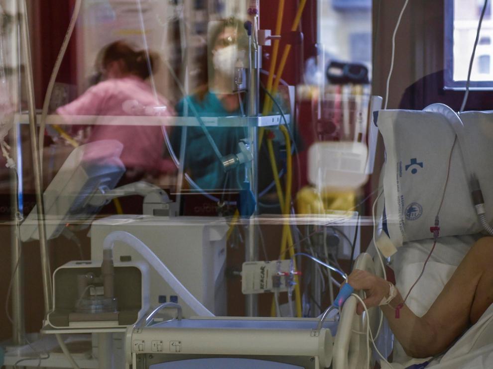 Un paciente enfermo de coronavirus se recupera en una Unidad de Cuidados Intensivos.