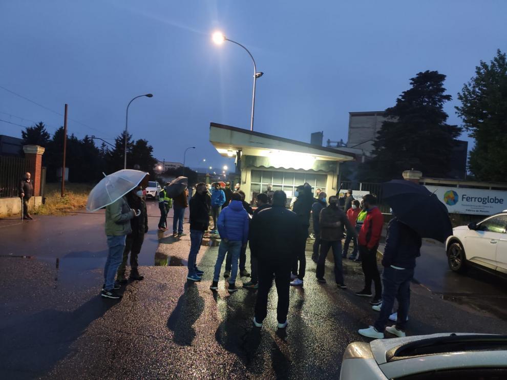 Los trabajadores de Ferroatlántica del Cinca de Monzón se encuentran de huelga.
