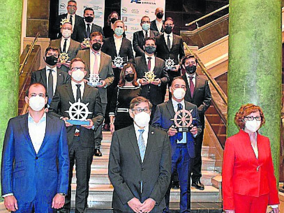 Las autoridades junto a los galardonados en la Sala de la Corona del Edificio Pignatelli.
