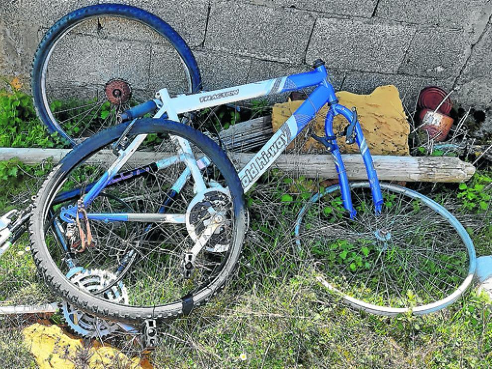 Restos de bicicleta abandonada en O Zoque