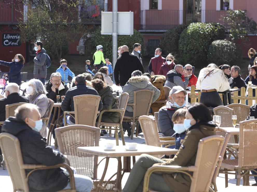 Ambiente en Jaca el primer fin de semana desconfinamiento tras la ampliación movilidad interprovincial en Aragón.