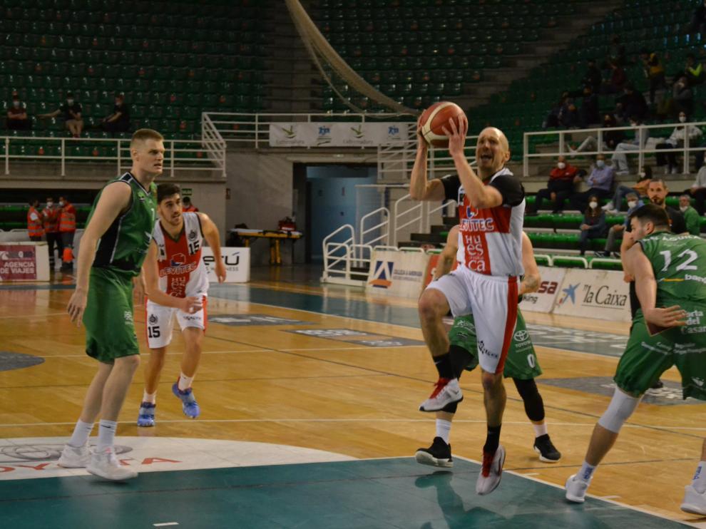Mackenzie entra a canasta durante el partido jugado en Cáceres