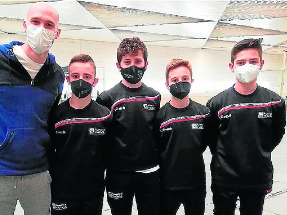 Los cuatro jugadores oscenses, junto a Roberto González, ayer camino de Málaga.