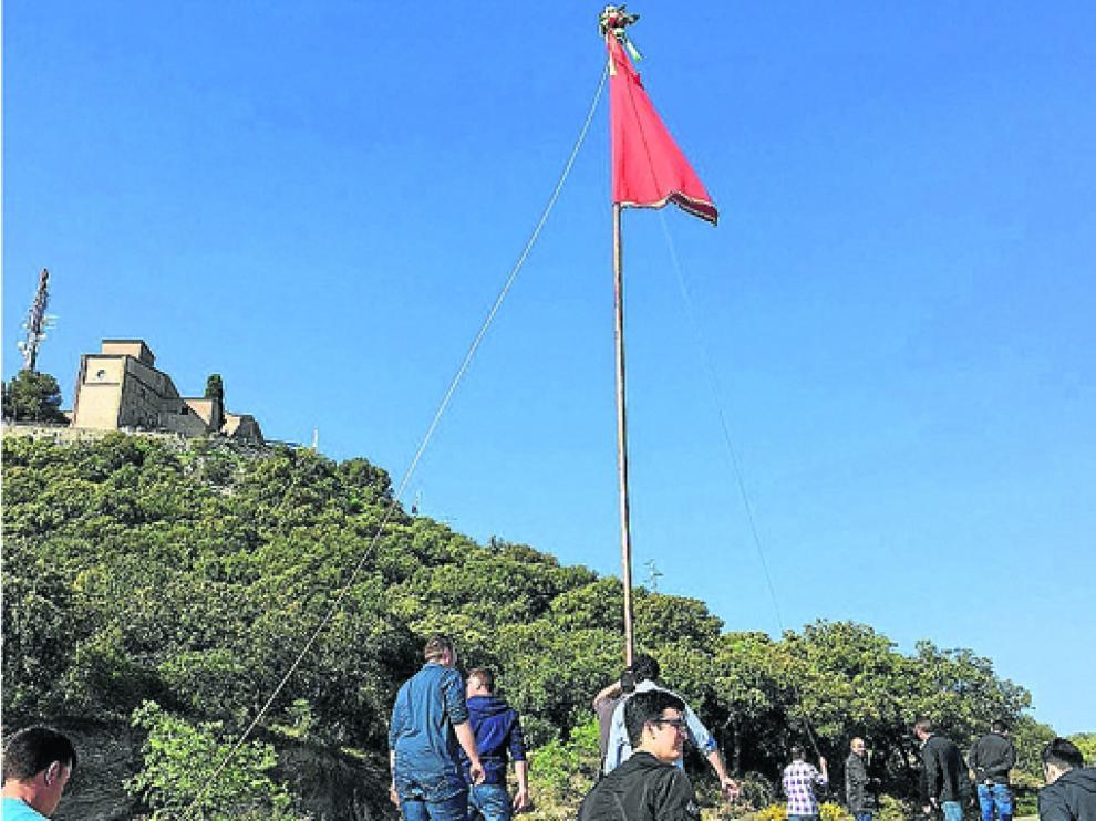 Vecinos de Antillón suben en romería con la bandera, en una de las ediciones anteriores a la pandemia sanitaria actual.