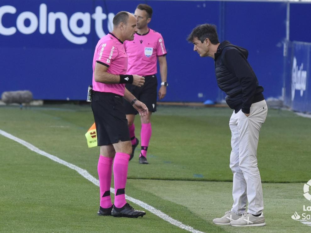 Pacheta habla con el colegiado Mateu Lahoz durante el partido