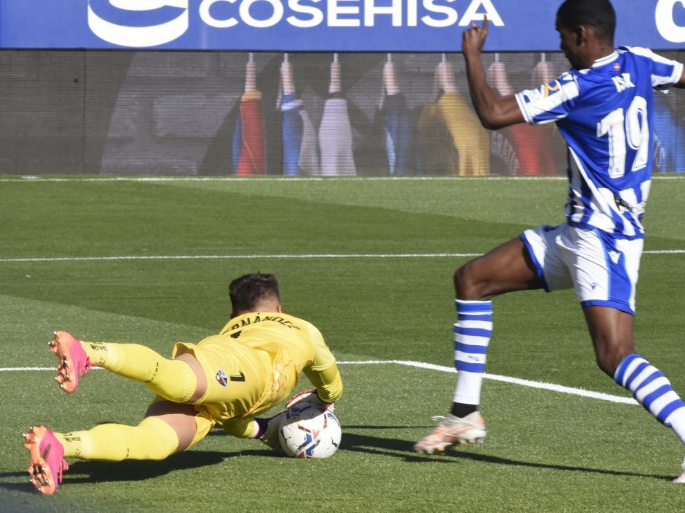 Álvaro Fernández se lanza a por el balón ante la amenaza de Isak en el Huesca-Real Sociedad.