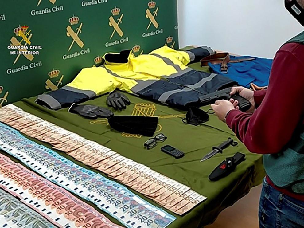 Imagen facilitada por la Guardia Civil que ha detenido a dos hombres como presuntos autores de tres atracos a bancos, dos en Navarra y otro en Zaragoza