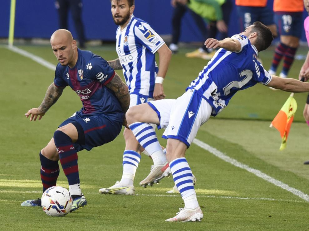 Sandro se marcha con la pelota ante Zaldua en el Huesca-Real Sociedad.