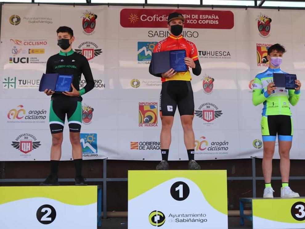 Rafa López, del Vive CC Oscense cadete, a la derecha, en el podio