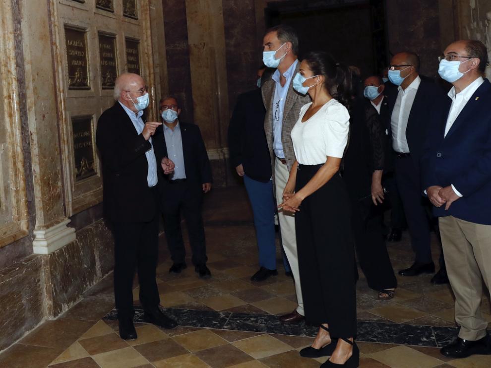 José Luis Solano explica a los reyes y las autoridades el espacio museístico dedicado al conde de Aranda en San Juan de la Peña.