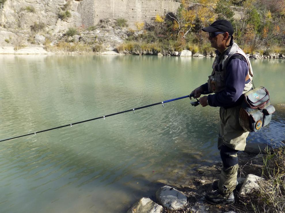 Manau, disfrutando de una jornada de pesca en plena naturaleza.