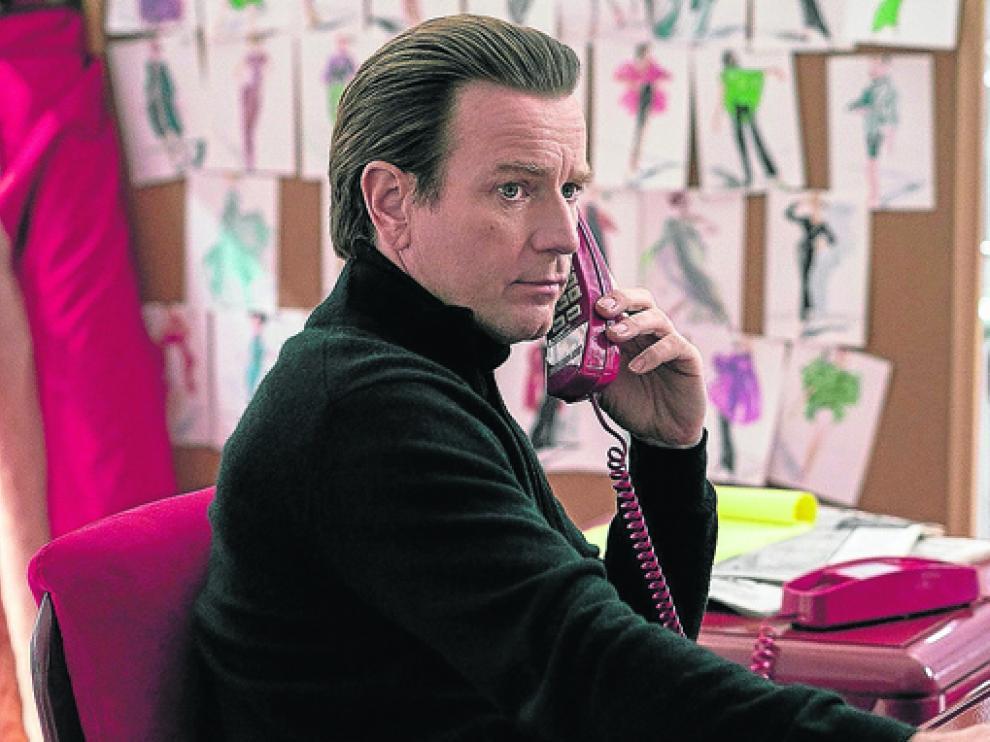 En 'Halston', Ewan McGregor se pone en la piel del legendario diseñador de moda estadounidense.